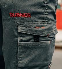 Logo brodé sur un pantalon de travail
