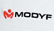 Logo brodé dans un vêtement de travail