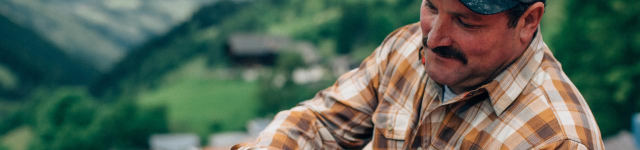 Artisan et chemise de travail construction bois