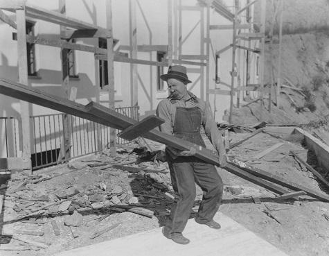 Travailleur portant une salopette en toile de gênes ou jean