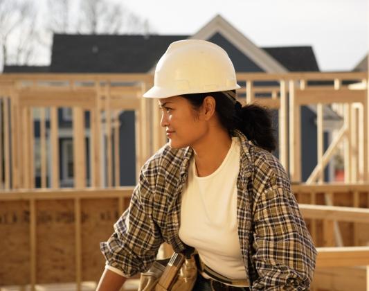 Femme artisane construction bâtiment
