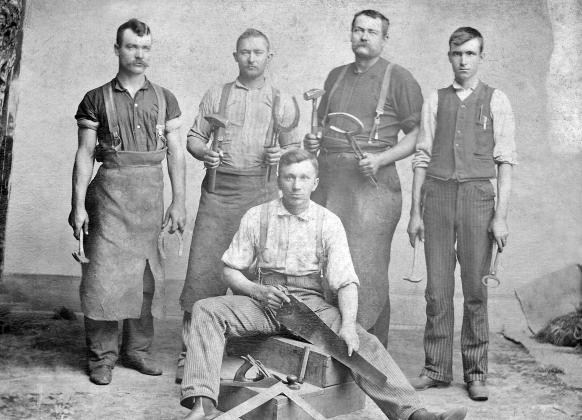 Travailleurs en vêtements de protection anciens