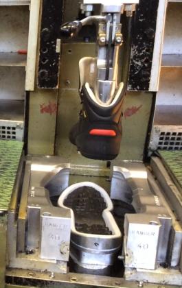 Posa-semelle-fabrication-chaussure-securite