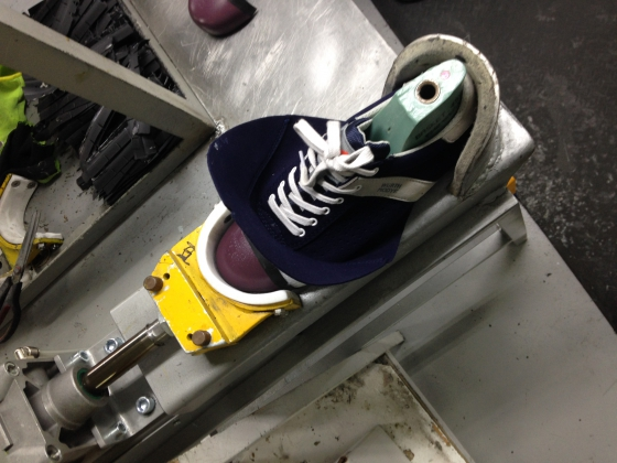 Insertion de la coque d'une chaussure de sécurité