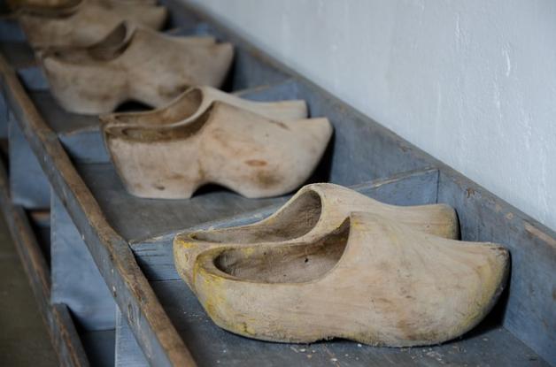 Sabots en bois utilisés comme chaussures de sécurité à l'époque