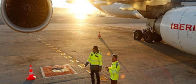 employés d'Iberia en tenue de signalisation Würth MODYF sur le tarmac