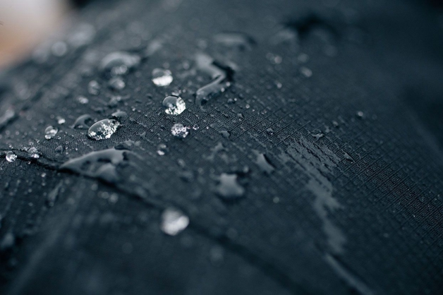 gouttes d'eau qui perlent sur un textile imperméable