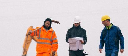 Ouvriers portant des casques de protection blancs et jaunes sur un chantier