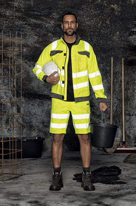 Handwerker mit Warnschutz Outfit in Gelb